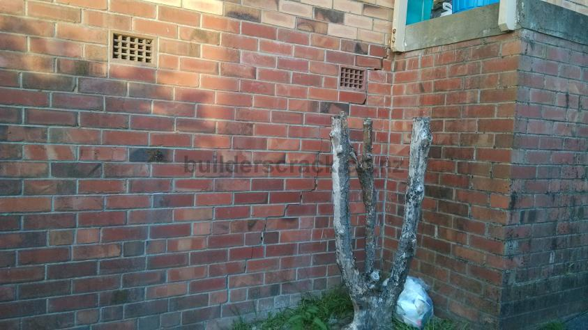 Long Thin Vertical Crack On Exterior Brick Wall 49815 Builderscrack